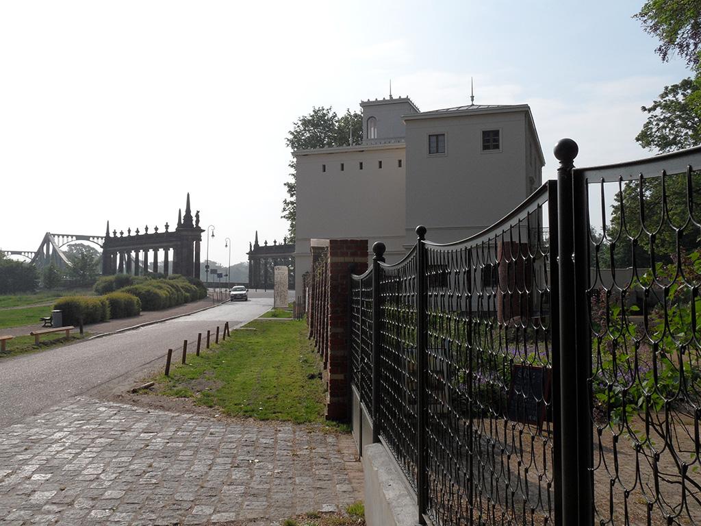 Rekonstruierter Schuppenzaunan der Villa Schöningen in Potsdam mit Blick auf die Glienicker Brücke