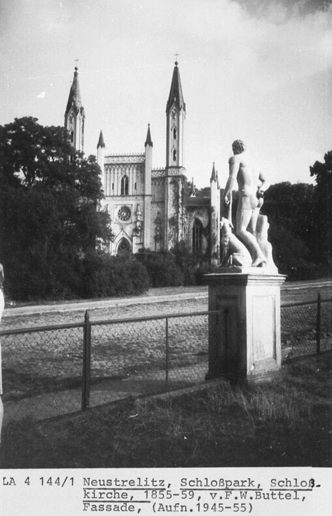 1825 wurde Peter Josef Lenné mit der Umgestaltung des Schlossparks Neustrelitz im Stile eines englischen Landschaftsparks beauftragt, hier kam ein ganz besonderer Schuppengeflechtzaun zum Einsatz.